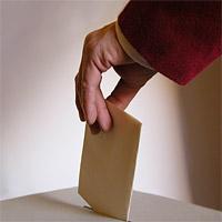 Jemand wirft einen Stimmzettel in die Wahlurne.©Nds. Landeswahlleiter
